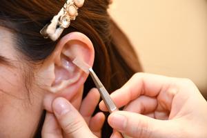 耳つぼを押して食欲を抑制